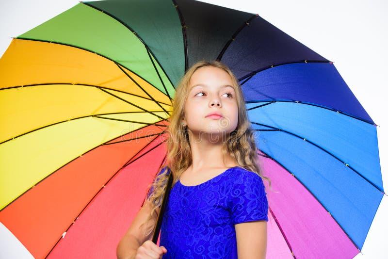 Sentiment protégé à ce jour d'automne Enfance heureux Temps d'école Petite fille avec le parapluie par temps pluvieux sérieux photos stock