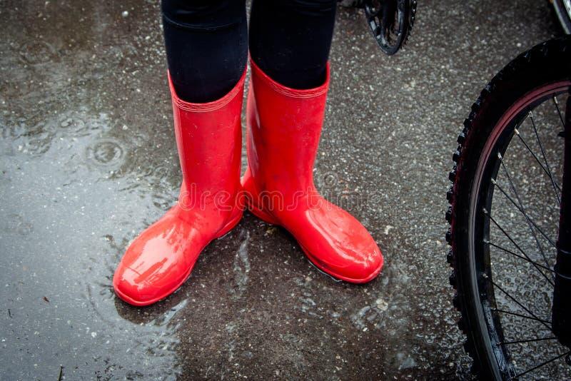 Sentiment protégé dans ses bottes Plan rapproché de femme en caoutchouc rouge photographie stock libre de droits
