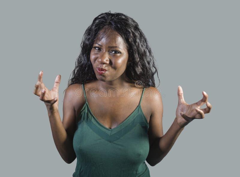 Sentimento americano bonito e forçado novo da mulher do africano negro virado e irritado gesticulando a vista agitado e mijada lo imagens de stock royalty free