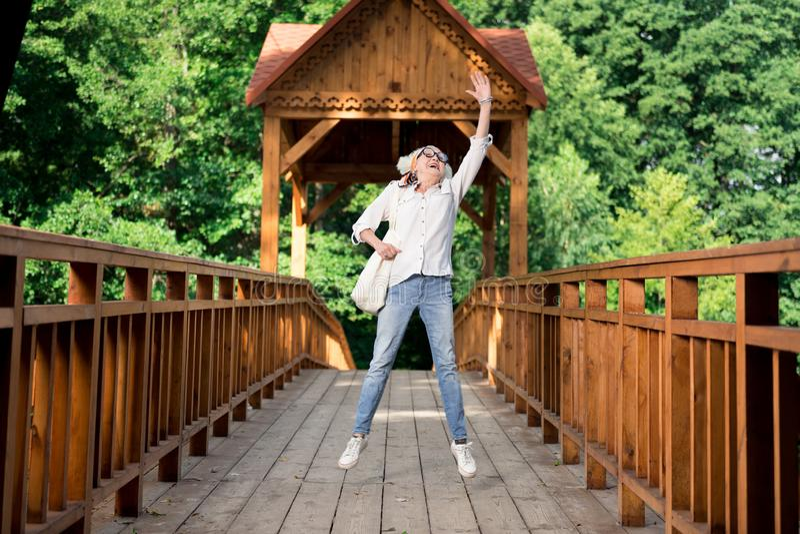 sentimento aposentado Louro-de cabelo da mulher satisfeito após ter visitado o parque nacional foto de stock royalty free