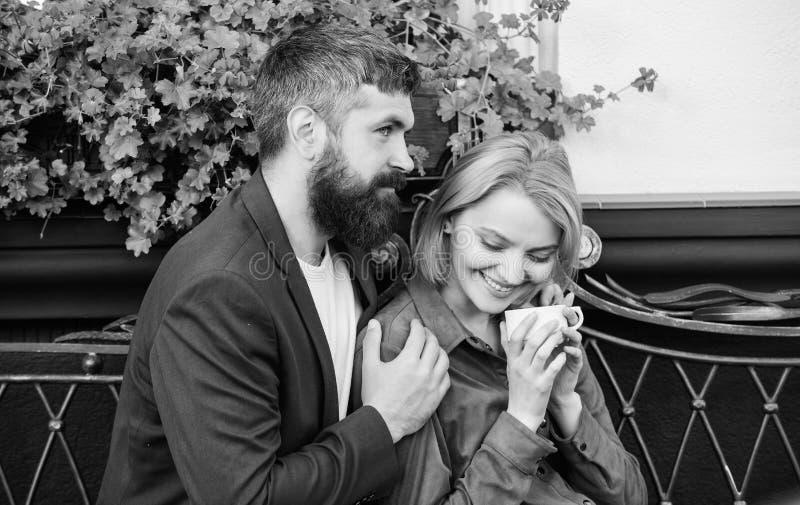 Sentimento brincalh?o reuni?o da menina e do homem maduro mulher e homem com barba para relaxar no caf? bebida farpada do moderno imagens de stock royalty free