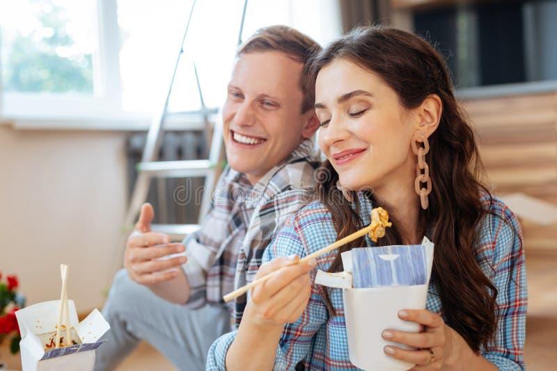 Sentimento da esposa bom comendo macarronetes deliciosos com marido imagem de stock royalty free
