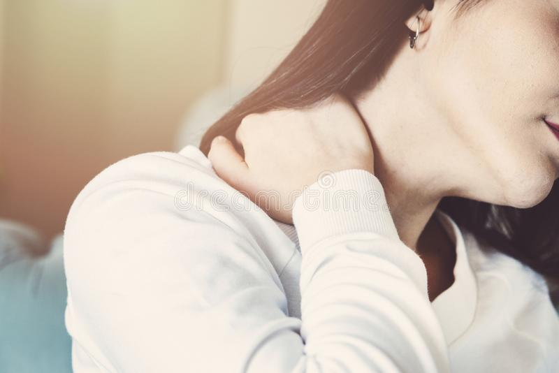 Sentimento da jovem mulher esgotado e sofrimento da dor de pescoço, conceito da saúde imagem de stock