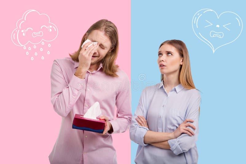 Sentimento da jovem mulher irritado quando seu grito sensível do marido fotos de stock royalty free