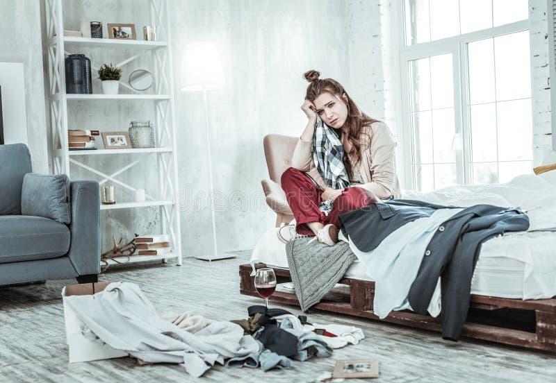 Sentimento da mulher cansado e virado após a obtenção divorciado fotografia de stock
