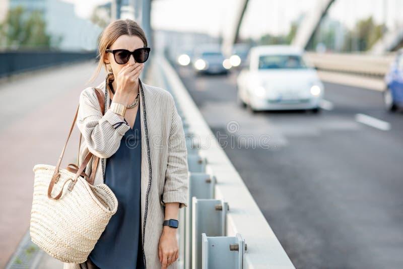 Sentimento da mulher mau porque FO a poluição do ar fora fotos de stock