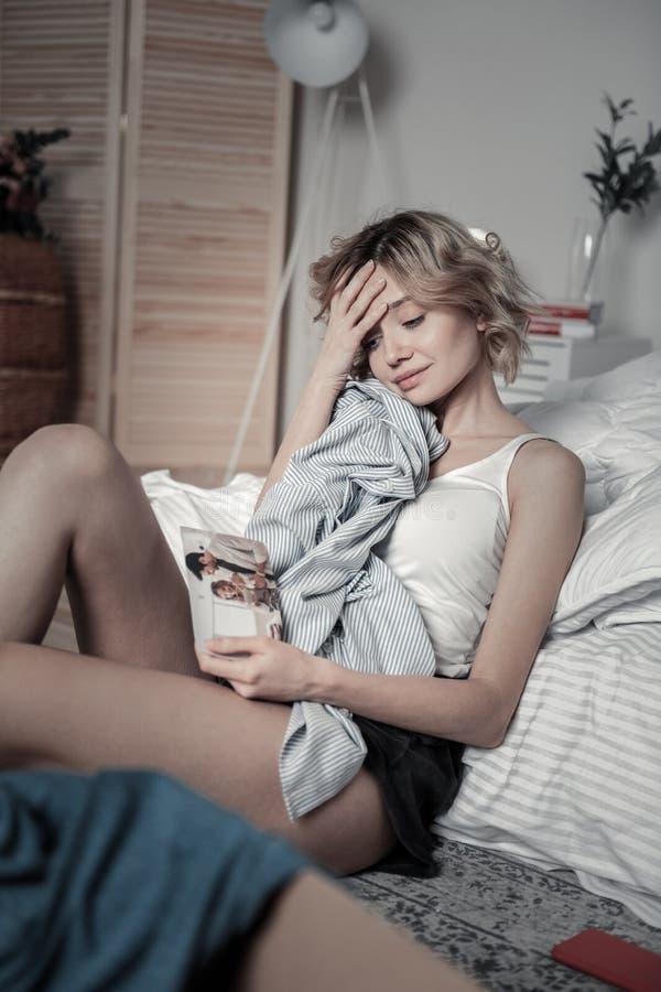 Sentimento da mulher sentimental após a dissolução com amado fotografia de stock royalty free