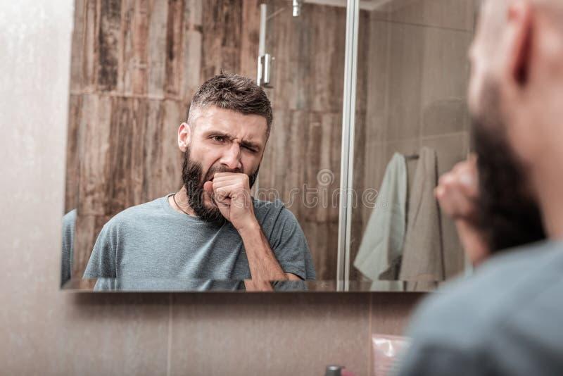 Sentimento de bocejo do quando do homem de negócios sonolento na manhã fotos de stock royalty free