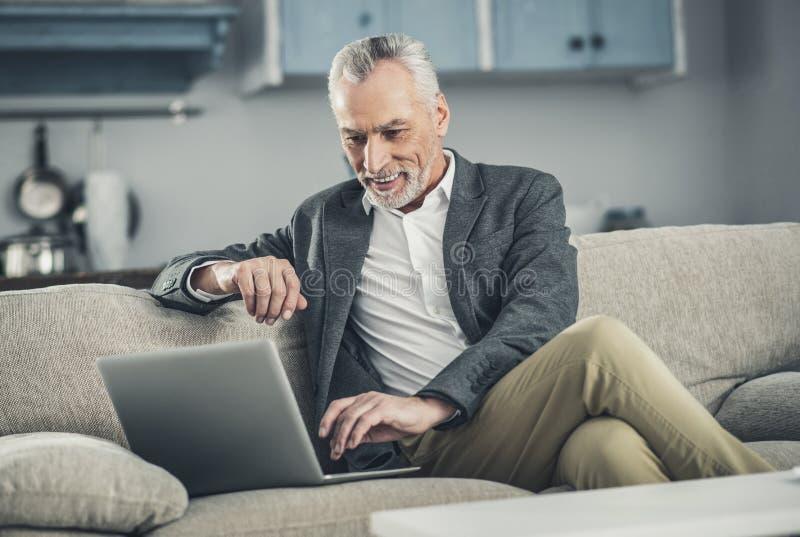 Sentimento do trabalhador de colar branco ocupado verificando seu e-mail imagem de stock
