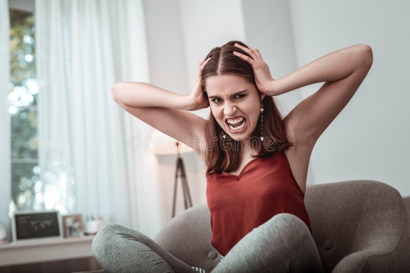 Sentimento emocional da menina do adolescente forçado e irritado imagens de stock