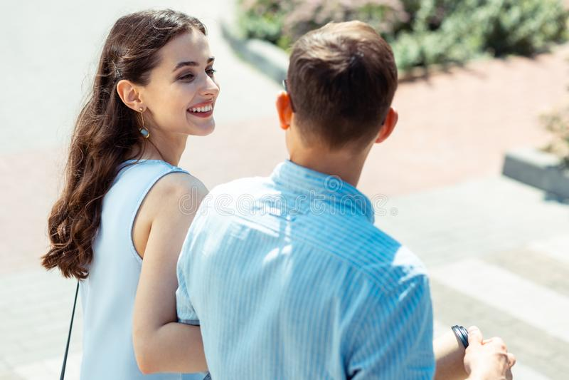Sentimento encaracolado da esposa que surpreende ao passar o tempo com marido imagens de stock
