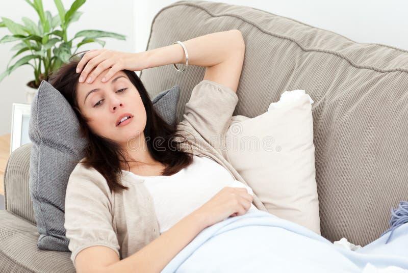 Sentimento Indisposed da mulher sua temperatura imagem de stock