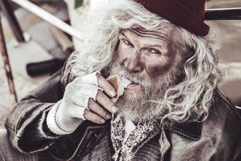 Sentimento mendicante velho infeliz porque impediu de comer foto de stock royalty free