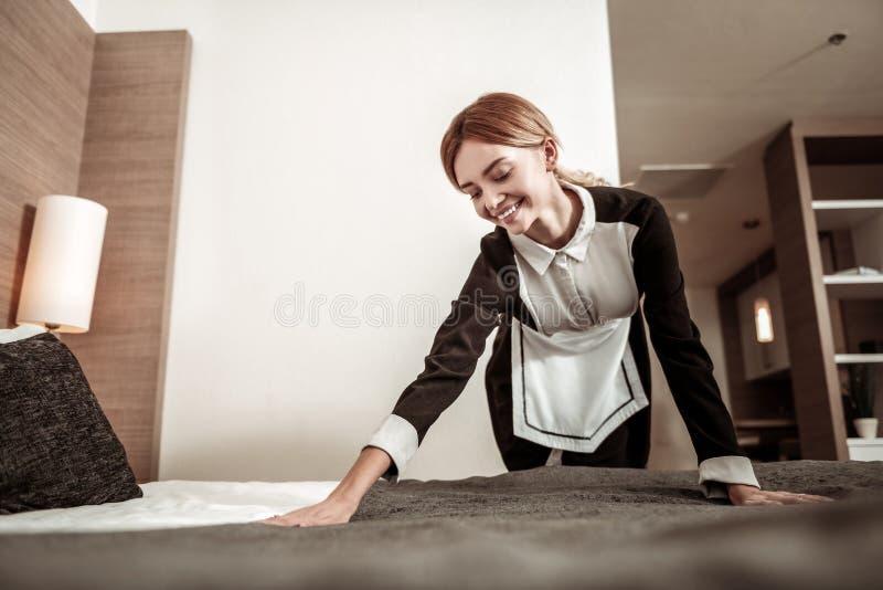 Sentimento novo da empregada agradável tendo seu primeiro dia de trabalho foto de stock royalty free