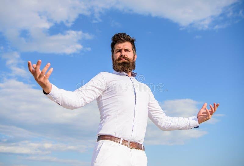 Sentimento orgulhoso do auto Barba do moderno e camisa branca atrativa dos olhares do bigode O indivíduo aprecia a realização sup imagens de stock royalty free