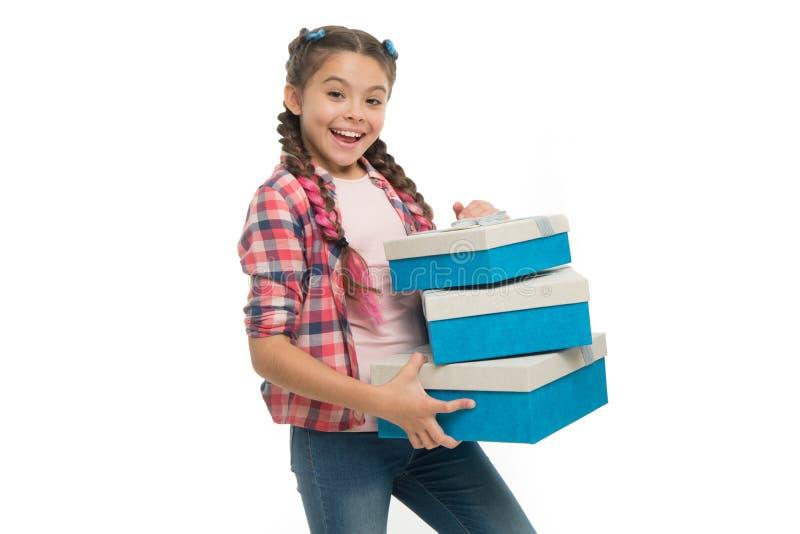 Sentimento tão entusiasmado A menina bonito pequena recebeu o presente de época natalícia Os melhores brinquedos e presentes de a fotografia de stock