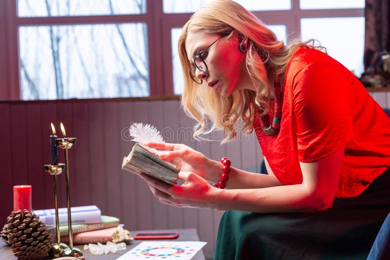 Sentimento vestindo dos acessórios do Astrologist envolvido na leitura e na educação foto de stock