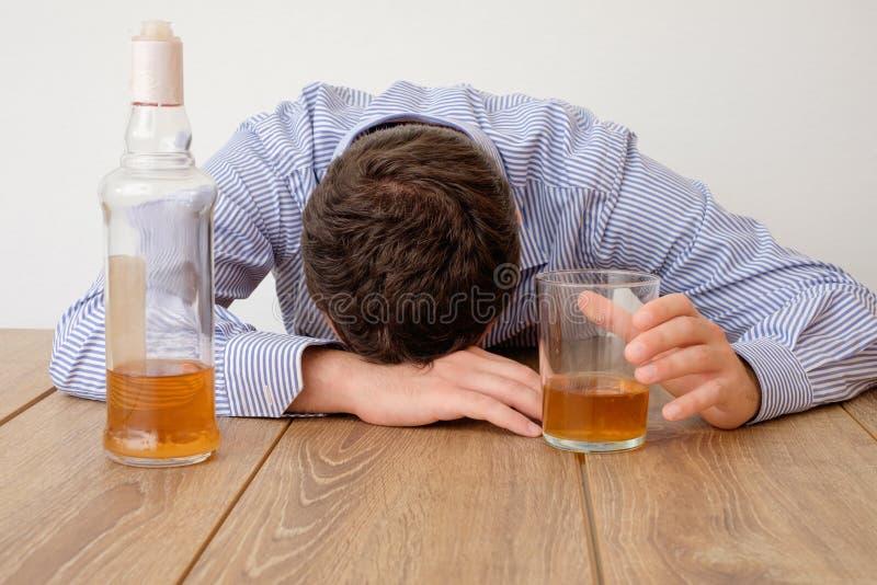 Sentimento viciado do álcool triste do homem mau fotos de stock
