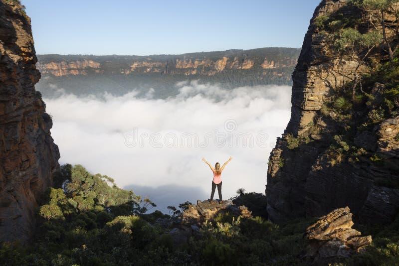 Sentimentos da mulher da alegria que caminham em montanhas azuis Austrália imagens de stock