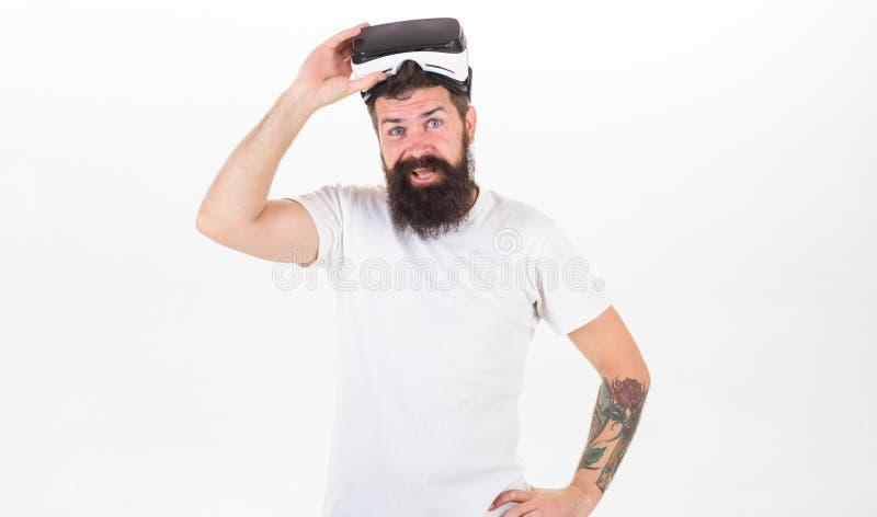 Sentimentos sensacionais de usar auriculares de VR Equipe o moderno farpado com os auriculares da realidade virtual no fundo bran imagem de stock
