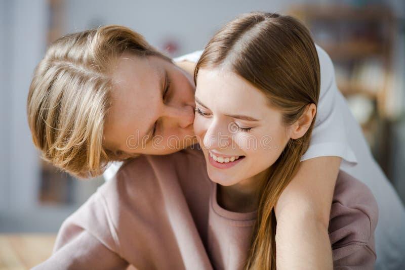 Sentiments doux entre les amants image stock