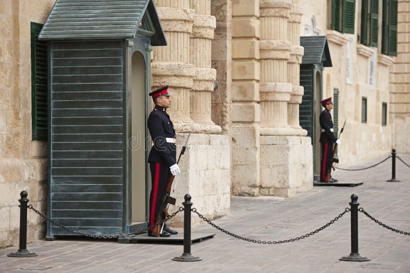 Sentinelles aux Grandmasters palais, Valletta photos stock