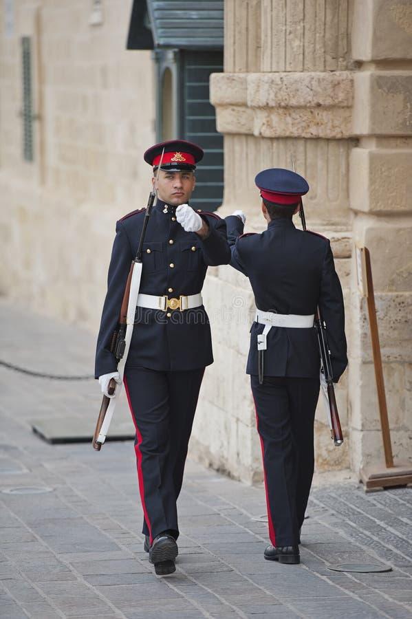 Sentinelles aux Grandmasters palais, Valletta images stock