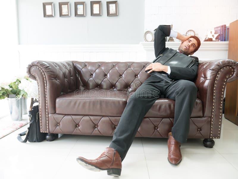 Sentir doente e cansado o homem novo sentir comprimido quando foto de stock