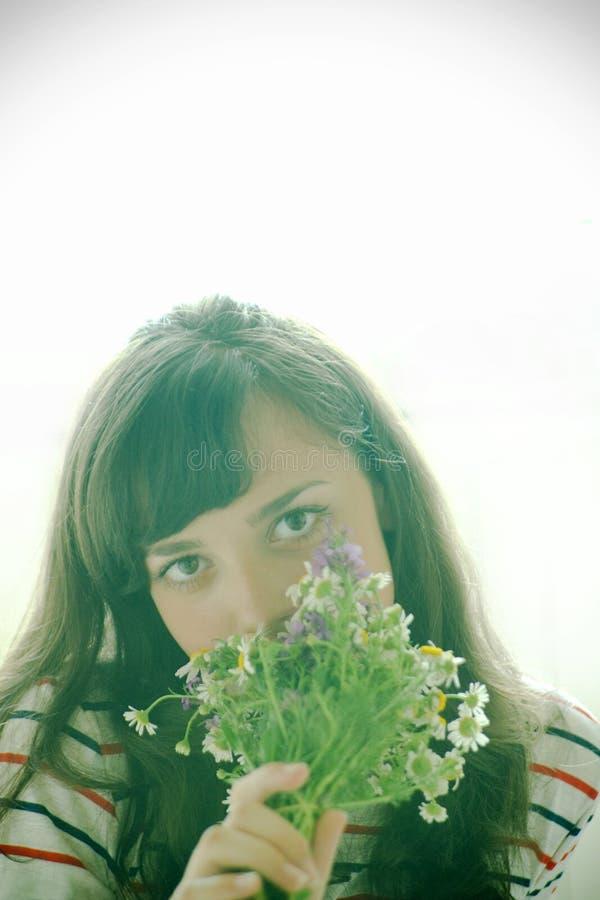 Sentir les fleurs photos stock