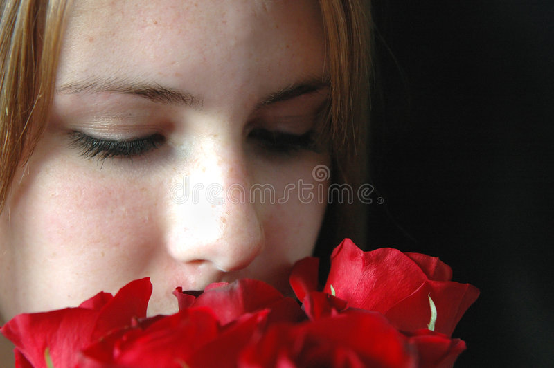 Sentir les roses photographie stock libre de droits