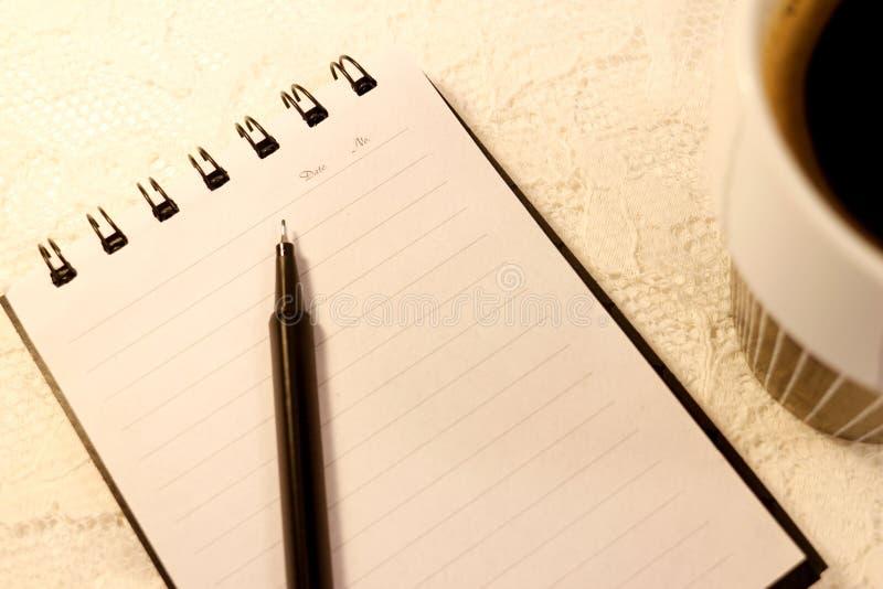 A sentiu mentiras da pena sobre um caderno espiral feito sob medida A5 fotografia de stock royalty free