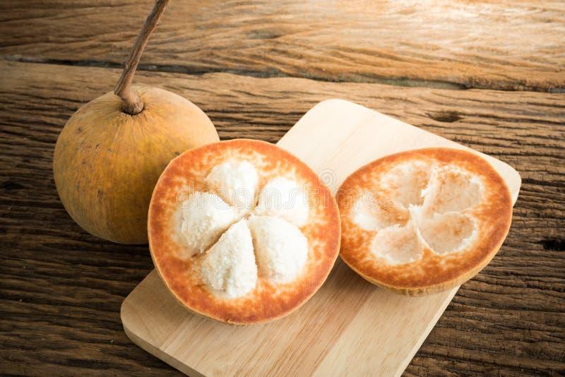 Sentulfruit op houten raad royalty-vrije stock afbeelding