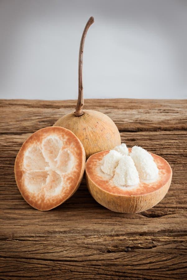 Sentulfruit op houten raad stock fotografie