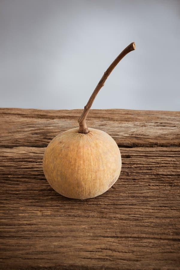 Sentulfruit op houten raad stock foto