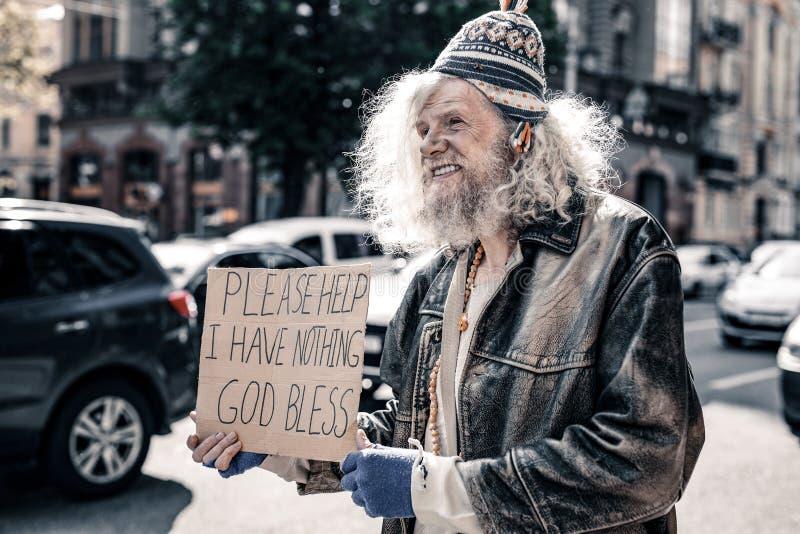Senzatetto senior disperato dai capelli lunghi che indossa i vestiti stracciati fotografie stock libere da diritti