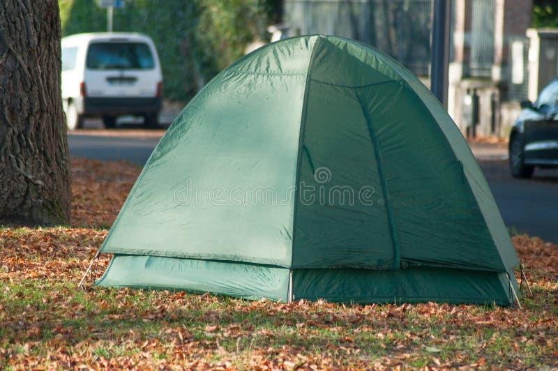 Senzatetto in tenda dell'iglù in parco urbano immagini stock libere da diritti