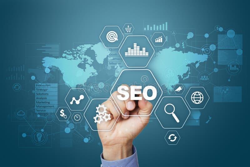 SEO 在云彩概念性引擎图象附近关键字在优化seo上写字 数字式网上营销和互联网技术概念 图库摄影
