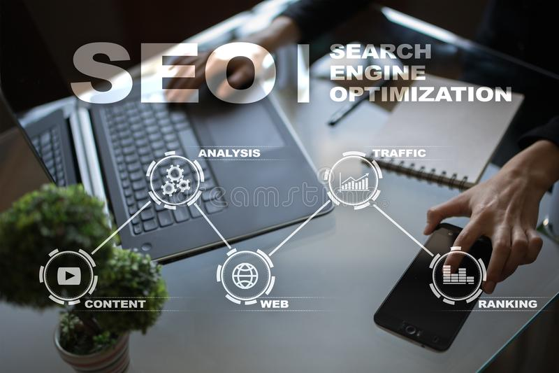 SEO Begriffsbild mit Schlüsselwortwolke um SEO Zeichen Digital-Online-Marketing andInetrmet Technologiekonzept lizenzfreie stockfotografie
