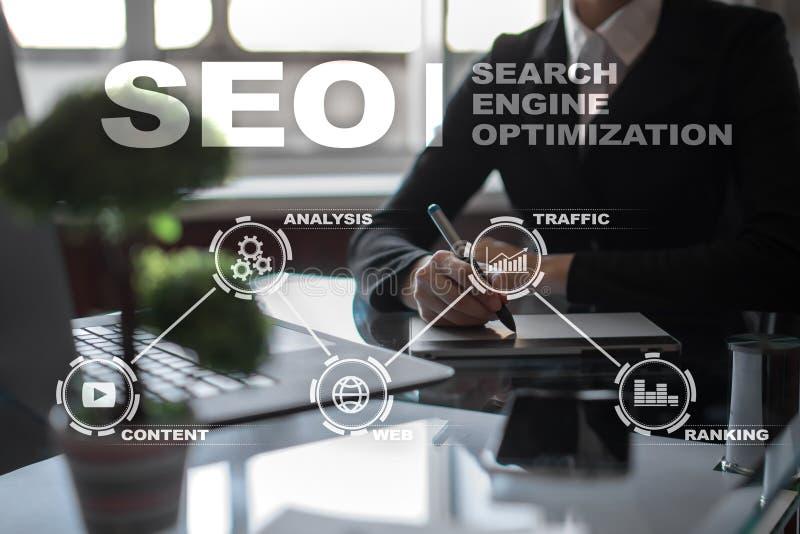 SEO Begriffsbild mit Schlüsselwortwolke um SEO Zeichen Digital-Online-Marketings-Technologiekonzept lizenzfreie stockfotografie