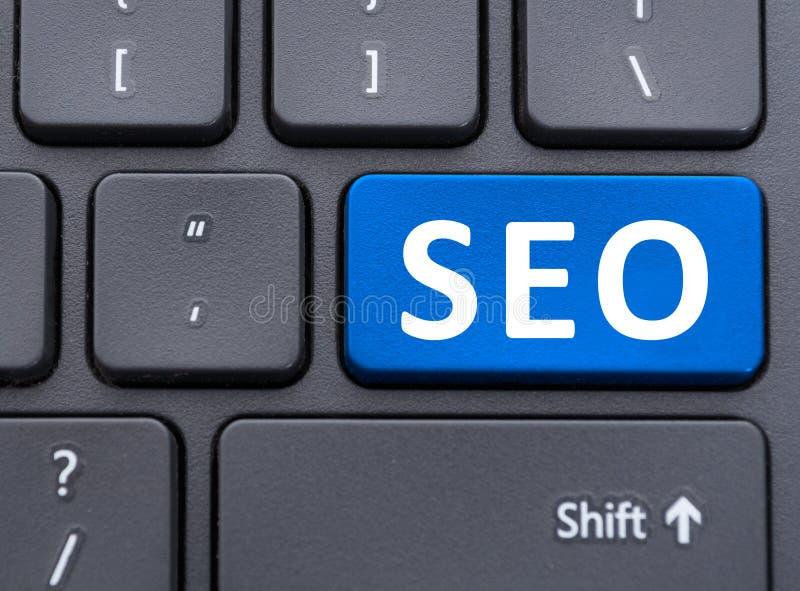 SEO-blåttknapp på tangentbordbegrepp royaltyfri bild