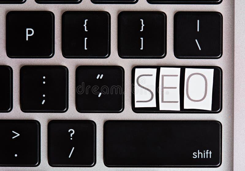 SEO-bokstäver på tangentbordknappen arkivfoton