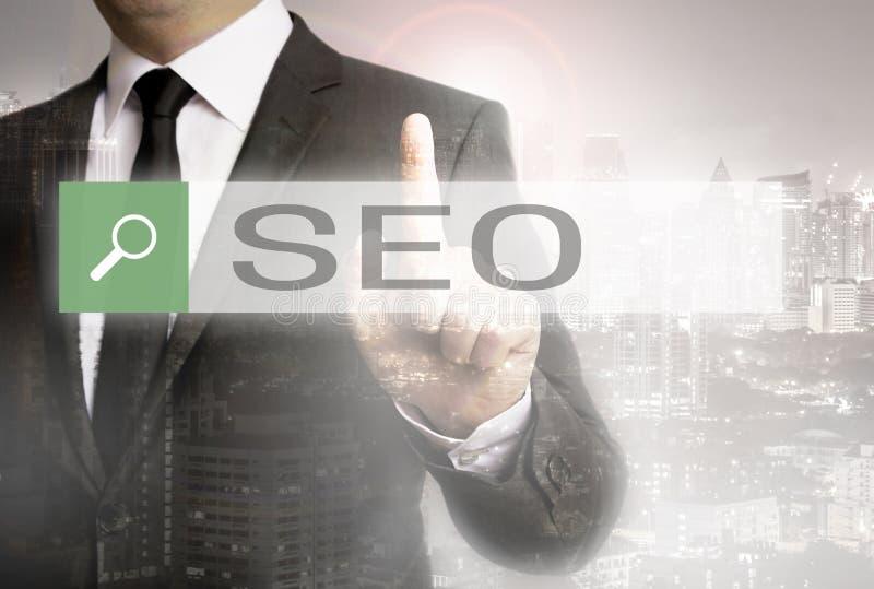 SEO Browser med affärsmannen och stadsbegrepp royaltyfria foton