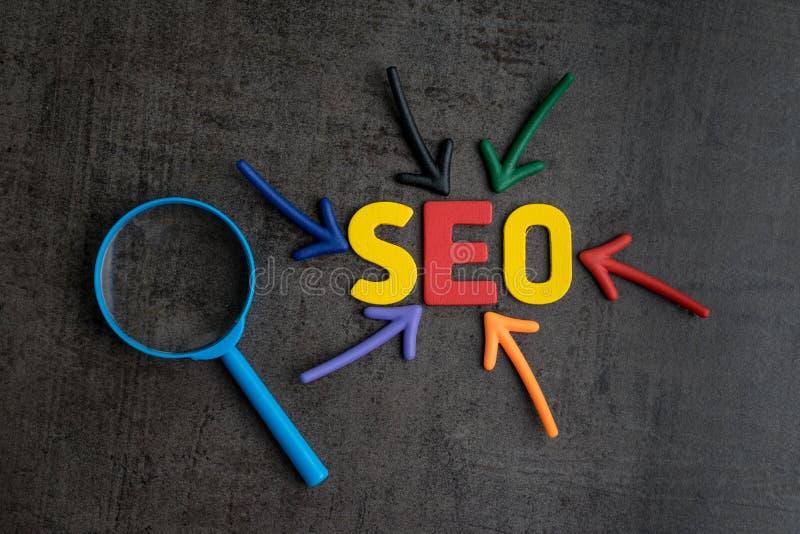 SEO, conceito da classificação da otimização do Search Engine, glas de ampliação imagem de stock