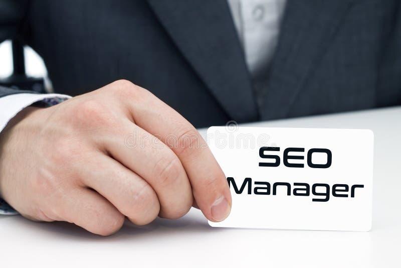 SEO-managerzitting bij het bureau stock afbeelding