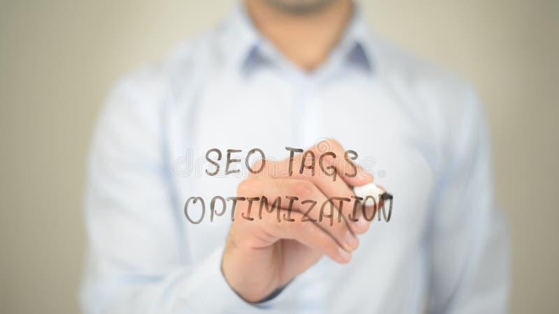 SEO Oznacza optymalizacja, mężczyzna writing na przejrzystym ekranie fotografia royalty free