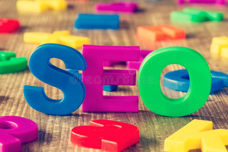 SEO-Wort gemacht von den bunten Magneten lizenzfreie stockbilder