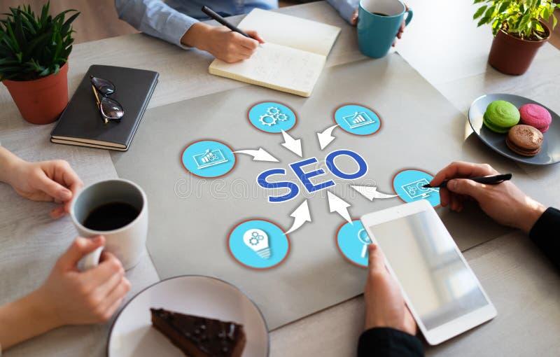 SEO wyszukiwarki Optimisation Cyfrowego reklamy online marketingowy pojęcie na Biurowym desktop obrazy royalty free