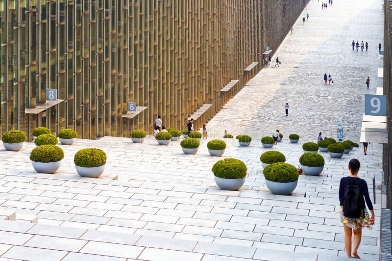 SEOEL, KOREA - AUGUSTUS 12, 2015: De bouw van Ewha-de Universitaire bibliotheek van de Vrouw - prestigieuze school in Seoel, Zuid stock afbeeldingen
