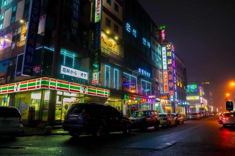 SEOEL - 5 maart 2016: Siheungneonlichten in Seoel, Zuid-Korea stock foto's