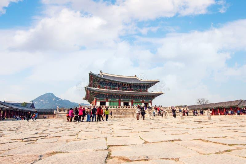 SEOEL, ZUID-KOREA - APRIL 9: Toeristen die foto's nemen royalty-vrije stock fotografie